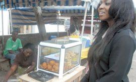 PHOTO: Popular Ghanaian Actress Spotted Buying Roadside 'Hausa Koko'