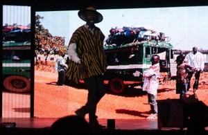 "VIDEO: Okyeame Kwame Shows Versatility At ""Versatile Show"""