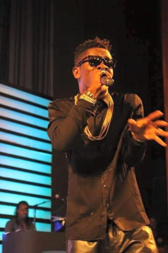PHoto: Shatta wale Expressed his real love to Stonebwoy whiles performaning