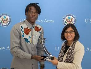 Stonebwoy presents BET Award to American Embassy
