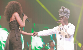 Video: Efya and kojo Antwi kiss on stage