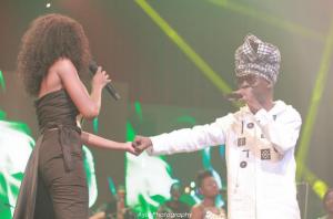 Video: Efya and kojo Antwi kiss on stage