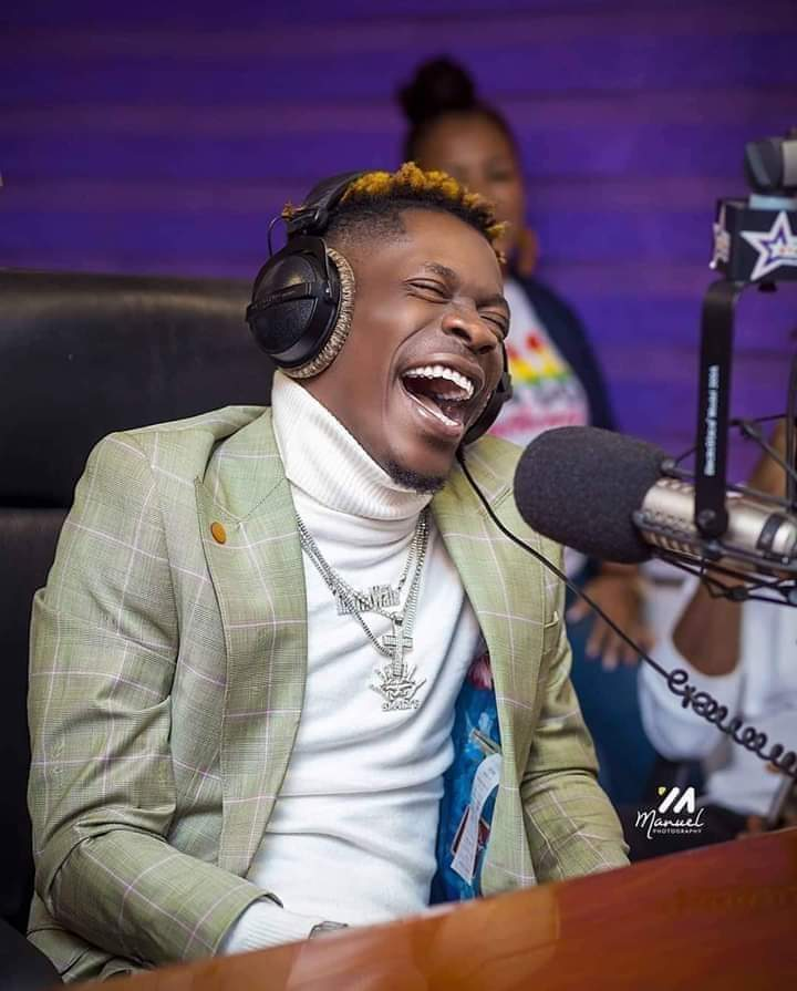 Shatta Wale throws subtile jabs at Stonebwoy for allegedly faking knee injury